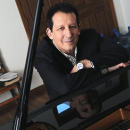 Jeff_Lorber_with_piano_Rob_Shanahan_Crop_260